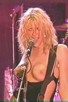 Голая грудь Кортни Лав на видео Hole Concert In Sydney