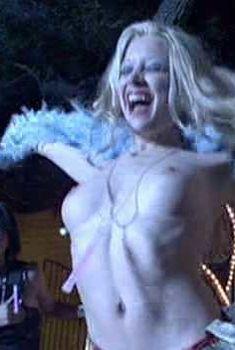 Голая Кортни Пелдон в фильме «Кровавое шоу», 2002