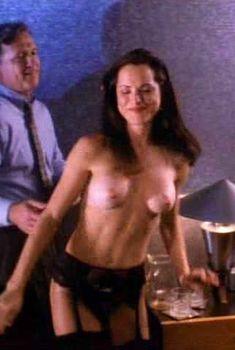 Голая Кристин Минтер в фильме «Хищный огонь», 1994