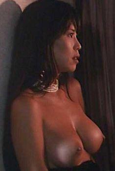 Голая Кэролин Лью в фильме «Жестокая охота», 1993