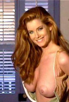 Сочная голая грудь Кэрри Стивенс в фильме Stripped and Outrageous Web Chicks, 2006