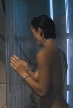Красотка Кэрри-Энн Мосс засветила голую грудь в фильме «Красная планета», 2000