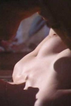 Голая грудь Кэрри-Энн Мосс в фильме «Нежное убийство», 1994