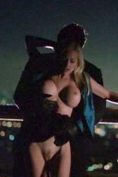Голая Кэти Ломанн в фильме «В постели с убийцей», 2001