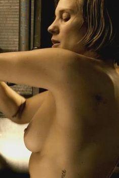 Голая грудь Кэти Сакхофф в фильме «Риддик», 2013