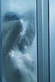 Голая Кэтрин Картлидж в фильме «Перед дождем», 1994