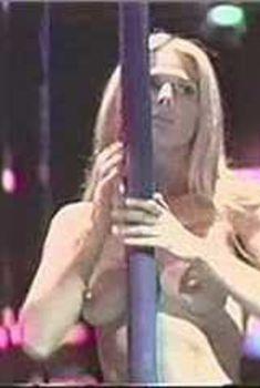 Голая Кэтрин Оксенберг в фильме «Стриптиз за решеткой», 1999