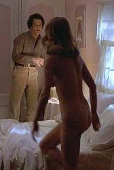 Голая Кэтрин Харольд в фильме «Современный роман», 1981