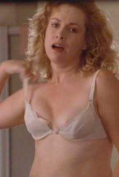 Кэтрин Хикс засветила сосок в фильме «Восемь дней в неделю», 1997