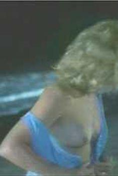 Голая Кэтрин Хикс в фильме «Раскаленная лагуна», 1987
