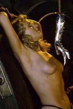 Голая Лана Кларксон в фильме «Королева варваров», 1985