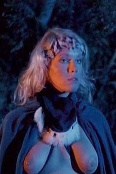 Голая Лана Кларксон в фильме «Ловчий смерти», 1983