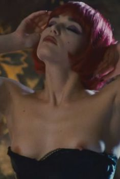 Голая Лаура Кьятти в фильме «Роковая Лара», 2009
