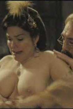 Лаура Хэрринг показала голую грудь в фильме «Любовь во время холеры», 2007