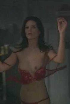 Красотка Леа Кейрнс засветила грудь в сериале Robson Arms, 2005-2008
