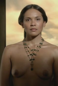 Абсолютно голая Лесли-Энн Брандт в сериале «Спартак. Кровь и песок», 2010