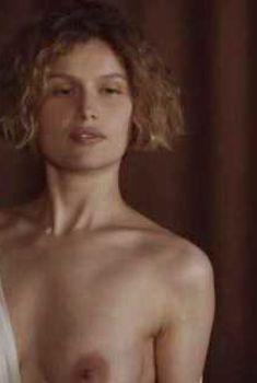 Голая Летиция Каста в фильме «Девушка и волки», 2008