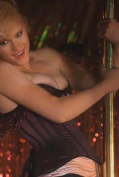 Ливэн Рамбин засветила сосок в сериале «Прохвосты», 2010
