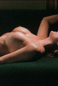 Голая Лиза Комшоу в фильме «Скандальное поведение», 1999