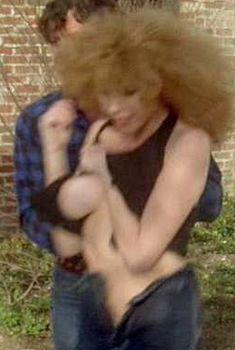 Лиза Лондон засветила грудь в фильме «Счастливая проститутка едет в Голливуд», 1980