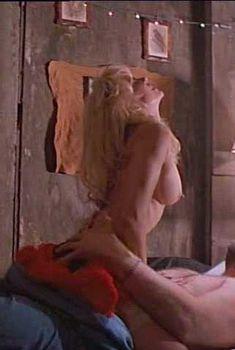 Голая Линни Куигли в фильме «Тыквоголовый 2. Кровавые крылья», 1993