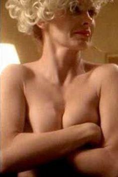 Лолита Давидович без лифчика в фильме «Кобб», 1994