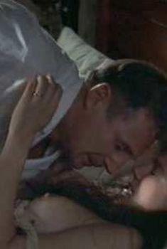 Лора Линни засветила голую грудь в фильме «Доктор Кинси», 2004