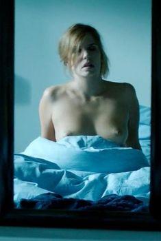 Красивая Лоранс Арне показала голую грудь в фильме «Наверняка», 2014
