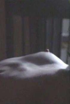 Голая грудь Лори Сингер в фильме «Летняя жара», 1987