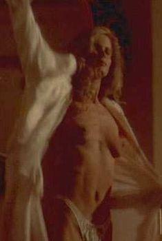 Голая Лори Сингер в фильме «Мрачный закат», 1993