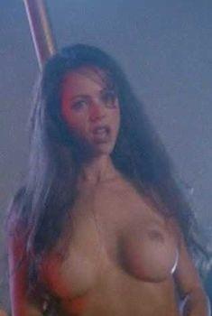 Голая Лорисса МакКомас в фильме «Подводное течение», 1998