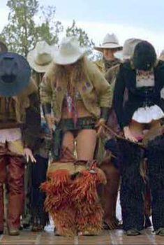 Лоррейн Бракко сняла штаны в фильме «Даже девушки-ковбои иногда грустят», 1993