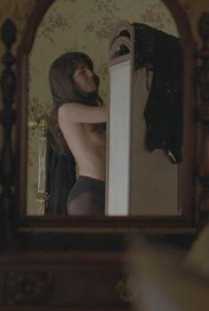 Голая Лу Дуайон в фильме «Сестры», 2006