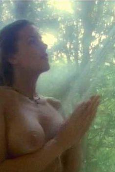 Голая Лэндон Холл в фильме «Другие черты», 1998