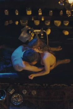 Полностью голая Люси Гордон в фильме «Генсбур. Любовь хулигана», 2010