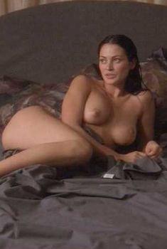 Голая Люси Лорье в фильме «Танец на лезвии», 2001