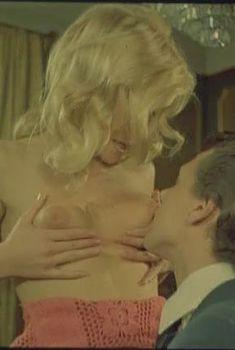 Голая Мари Форса в фильме «Флосси», 1974