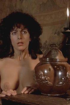 Голая Марина Сиртис в фильме «Злодейка», 1983