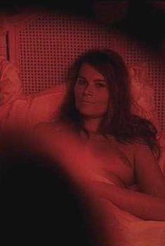 Голая грудь Марины Хэндс в фильме «Скафандр и бабочка», 2007