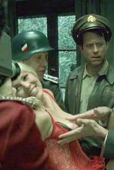 Голая грудь Марии Белло в фильме «Автофокус», 2002