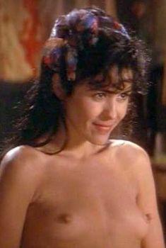 Голая Мария Кончита Алонсо в фильме «Дом духов», 1993