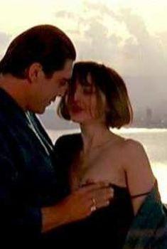 Голая грудь Марии де Медейруш в фильме «Золотые яйца», 1993