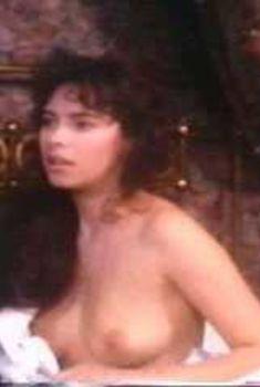 Голая Матильда Мэй в фильме «Обретая себя», 1991