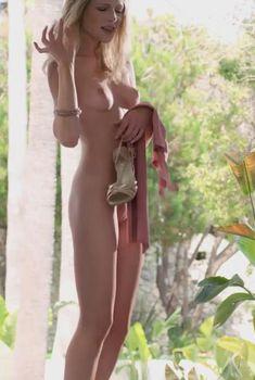 Полностью голая Меган Альбертус в фильме «Мужская интервенция»