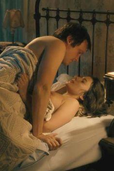 Голая грудь Мелани Лоран в фильме «Ночной поезд до Лиссабона», 2013