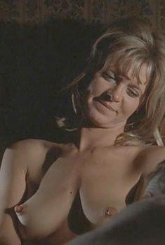 Голая Мелинда Диллон в фильме «Удар по воротам», 1977