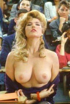 Голая Мелисса Мур в фильме «Изгоняющий заново», 1990