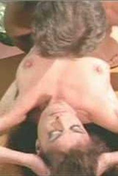 Голая Миа Заттоли в фильме «Скандал», 2001