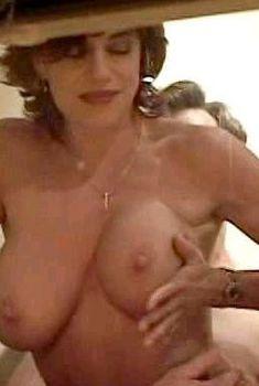 Миа Заттоли засветила голую грудь  фильме «Вуайерист», 1999
