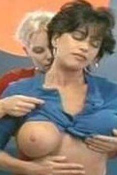 Миа Заттоли засветила грудь в фильме «Дешевый трепет», 2012
